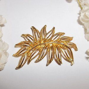 Vintage Brooch Jewelry Gold Timeless Style 5388